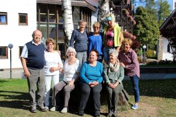 Hildegard Kreiter mit den Teilnehmenden des Erholungsseminares vor dem Haus der Familie.